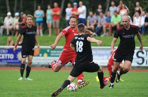 Landesliga TSV Weilheim (rot) - Bad Boll (schwarz), am Ball Marcel Mettang. Bild: Der Teckbote