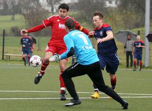 TSV Weilheim (rot) - SV Ebersbach (blau),Links Kai Hörsting beim Lupfer zum 1:0, Mitte Timo Schurr. Bild: Genio Silviani
