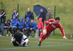 Knie-Fall: Wegen einer Innenbandverletzung ist Weilheims Daniel Heisig in der Partie gegen den TSV Buch nur Zuschauer.Foto: Deniz Calagan
