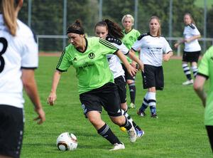 Grün am Drücker: Die Weilheimer Fußballerinnen (am Ball Neuzugang Simone Prunkl) haben ihr letztes Vorbereitungsspiel bei der SGM Wendlingen-Ötlingen gewonnen. Foto: Markus Brändli