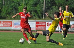 Einen Tick schneller am Ball: André Kriks und der TSV Weilheim hatten gegen Echterdingen in den entscheidenden Szenen die Nase vorne. Foto: Markus Brändli