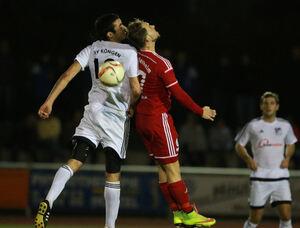 Ball verpasst: Mike Tausch (re.) und der TSV Weilheim haben gegen Köngen im Spiel nach vorne nicht überzeugen können. Foto: Jörg Bächle