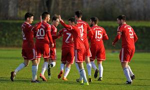 Jubel in Rot: Der TSV Weilheim hat in den 16 Vorrundenspielen 29 Punkte geholt und dem Team von Trainer Alex Hübbe den vierten Platz zur Saisonhalbzeit beschert. Wer Hübbes Nachfolger wird, entscheidet sich noch dieses Jahr. Favorit ist der momentane Co-Trainer Chris Eisenhardt.Foto: Markus Brändli