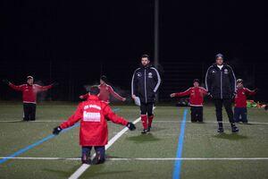Trainingsstart in Weilheim: Weil Trainer Alex Hübbe verhindert ist, haben dessen Assistenten Chris Eisenhardt (Mitte) und Danell Stumpe (rechts) das Sagen.Foto: Ralf Just