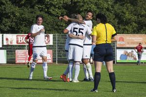 """Jubel um und mit Ferdi Er: Weilheims """"55er"""" besorgte das 1:0 per Elfmeter und war Dreh- und Angelpunkt des TSVW-Spiels. Foto: Silviani"""