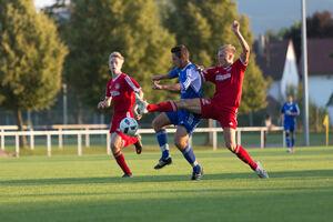 Weilheim präsenter, der Gegner abgezockter: Die Gastgeber aus Jesingen (im blauen Trikot) mussten nach zwei schnellen Treffern zu Beginn allerdings noch einmal zittern.Foto: Carsten Riedl