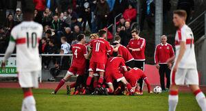 Dieses war der erste Streich: Die Weilheimer A-Junioren bejubeln den Treffer zum 1:0 von Simon Wahler. Foto: Markus Brändli