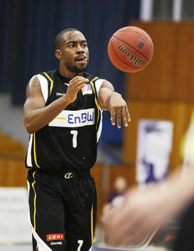 Achmad SMITH (VfL Kirchheim Knights), no look Pass, Einzelbild, Aktion Basketball, M¿§nner, 2. Liga, ProA, BG Leitershofen/Stadt
