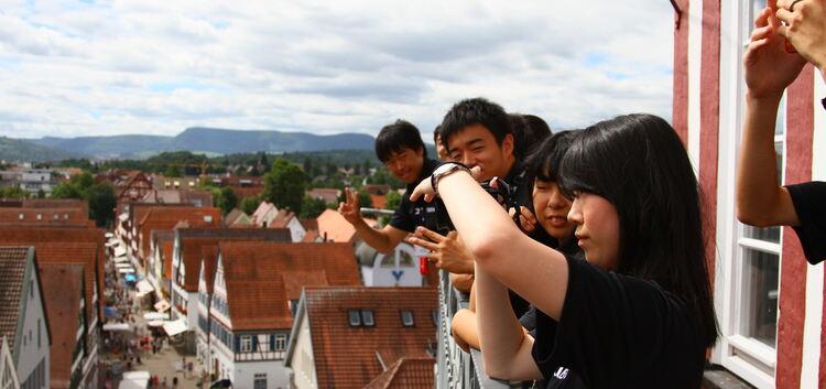 Erinnerungsfoto vom Rathausturm: Die japanische Delegation nach dem Besuch beim Bürgermeister.Foto: Sebastian Großhans