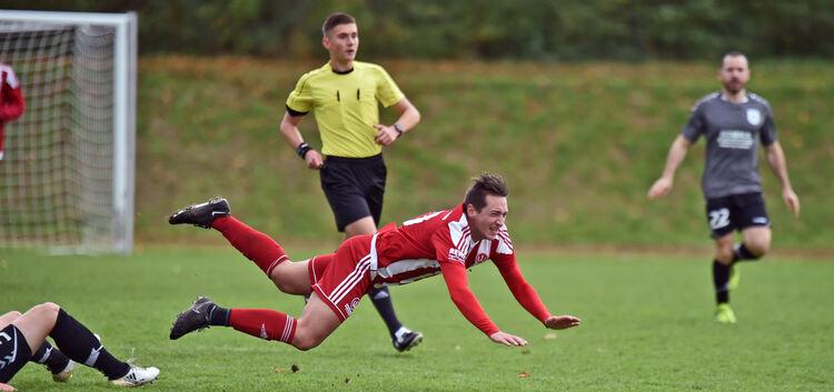 Hart gelandet: Marc Theimer und die TSVW-Kicker sind nach dem 0:1 gegen Waldstetten Platz eins erstmal wieder los. Foto: Markus Brändli