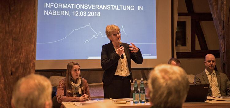 Kirchheims Oberbürgermeisterin Angelika Matt-Heidecker erläutert in der Naberner Zehntscheuer die Vor- und Nachteile der Unechte