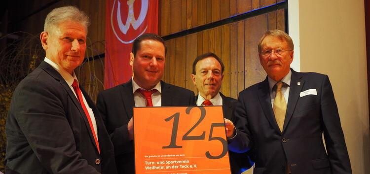 Die drei Vorsitzenden des TSV (von links: Reiner Braun, Thomas Nußbaumer und Bruno Kächele) erhalten von Wolfgang Drexler (rechts), Präsident des Schwäbischen Turnerbunds, eine Urkunde zum 125-jährigen Bestehen des Vereins.Fotos: Heike Siegemund