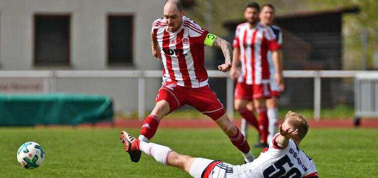 Über die Klinge: Weilheims Kapitän Mike Tausch bekommt das gestreckte Bein des Gegners zu spüren.Foto: Markus Brändli