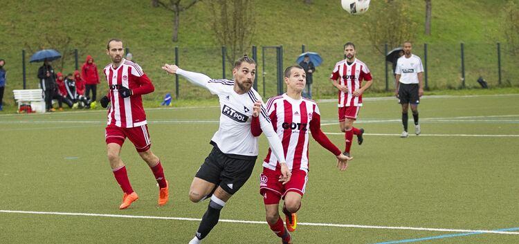 Landesliga TSV Weilheim (rot/ 14 Can Kanarya) gegen TSV Weilimdorf (weiss/19 Carmine Pescione) Bild: Der Teckbote
