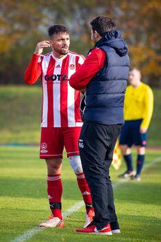Redebedarf: Trainer Benjamin Geiger (re.), hier mit Cagatay Ayyildiz, muss seinen Spielern Selbstvertrauen einimpfen. Foto: Genio Silviani