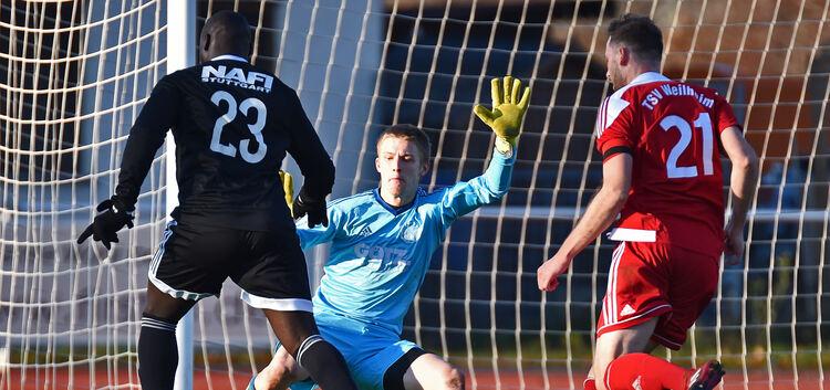 Auch die guten Paraden des Weilheimer Torwarts Jonas Schmidt konnten die Niederlage des TSVW nicht verhindern. Foto: Markus Brändli