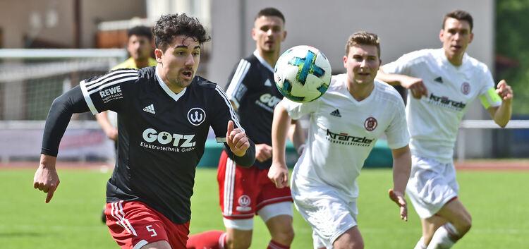 Matteo-Pio Stefania (links) und der TSV Weilheim dürfen im Abstiegskampf der Landesliga weiter an ihre letzte Chance glauben.Foto: Markus Brändli