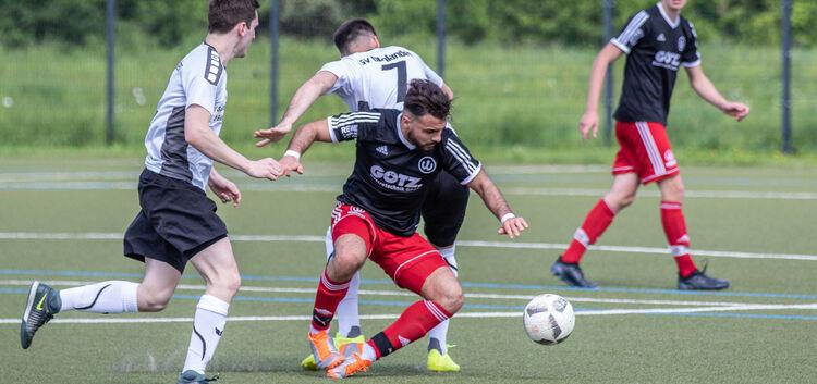 Weilheims Can Yilmaz lässt hier gleich zwei Gegenspieler aussteigen. Der SV Bonlanden war unter der Limburg gestern meist trotzdem Herr der Lage.Foto: Marcel Heckel