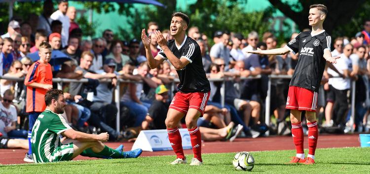 Dogukan Dogan (Mitte) und Salih Egrlic können's nicht fassen: Der TSV Weilheim hatte gegen die abgezockten Köngener um Michael Schweizer (sitzend) keine Chance. Foto: Markus Brändli