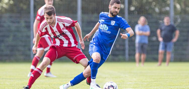Meist einen Schritt schneller: Die SGEH (in Blau) hat Landesliga-Absteiger TSV Weilheim demonstriert, dass auch in der Bezirksliga ein rauer Wind herrscht.Foto: Carsten Riedl