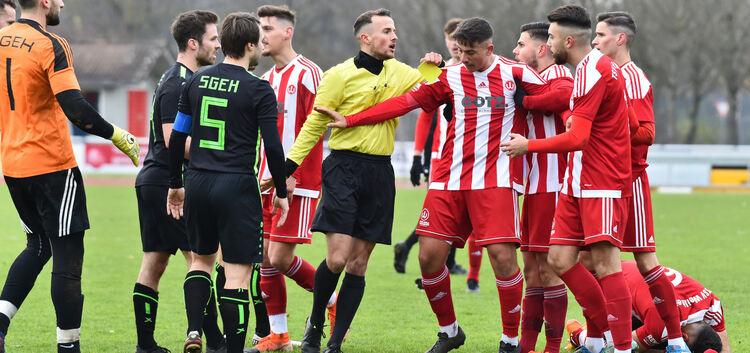 Viel los im Derby - nicht nur in dieser Szene kochten zwischen dem TSV Weilheim und der SGEH die Emotionen hoch. Foto: Markus Brändli