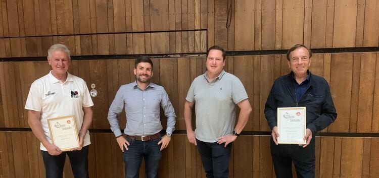 Reiner Braun (links) und Bruno Kächele (rechts) geben ihr Amt an Andreas Klöhn (2. von links) und Thomas Nußbaumer ab. Foto: pr